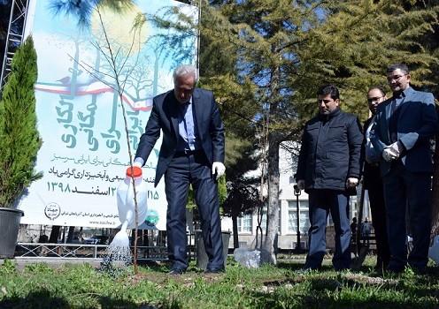 غرس یک اصله نهال توسط استاندار آذربایجان شرقی به مناسبت روز درختکاری