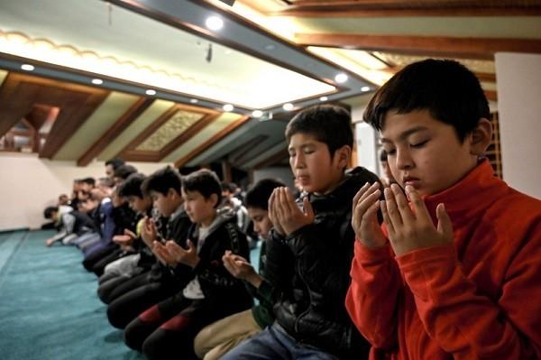 فرار مسلمانان چین به ترکیه / والدین کودکان گیر افتادهاند (+عکس)