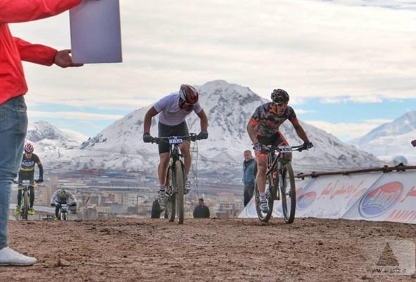 رکابزنی دوچرخه سواران ۱۲ استان در مسابقه جایزه بزرگ کوهستان ارس