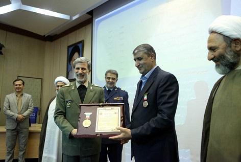 اعطای نشان به وزیر راه و شهرسازی به عنوان چهره ماندگار صنعت هوایی کشور