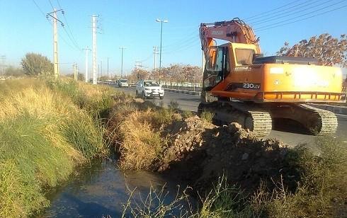 توسط شهرداری منطقه ۶ تبریز انجام شد/ اجرای طرح ضربتی لایروبی مکانیزه کانال «ایلی سو»